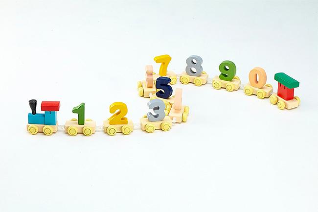 孩子學習數字的最佳輔助教具 由0~9個彩色數字構成的優質木製教具 讓您的孩子能從遊戲中認識顏色、數字、培養專注力以及數字邏輯思考 往前推推,往後拉拉,快讓孩子自己組裝出專屬的數字火車吧! 手提外盒21×18.5×6 cm 木質數字火車頭1個+數字火車尾1個+數字火車10個(0~9) 適用年齡:3歲以上